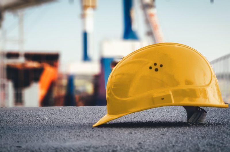 Gelber Helm für Baustelle